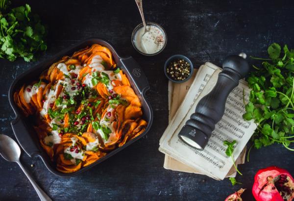Gratin de patates douces, sauce au yaourt et graines de grenade