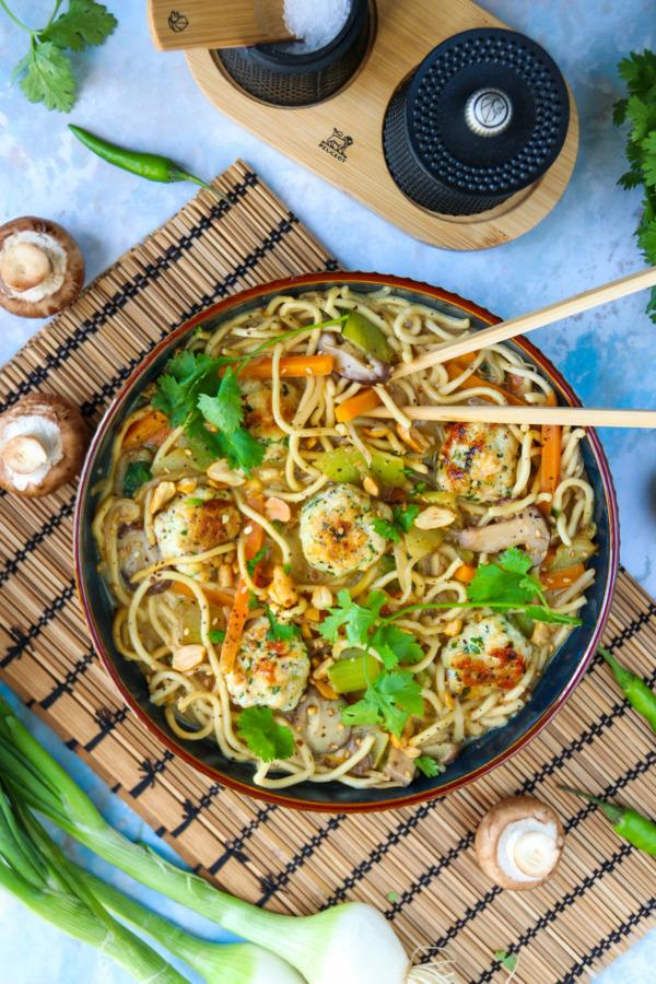Boulettes de poulet façon thaï, nouilles et légumes