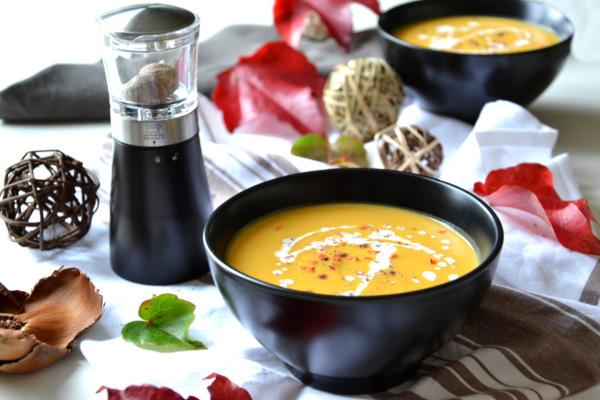 Red lentil, carrot and nutmeg soup