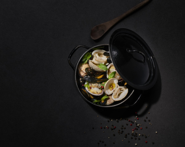 Pan-fried shellfish with basil