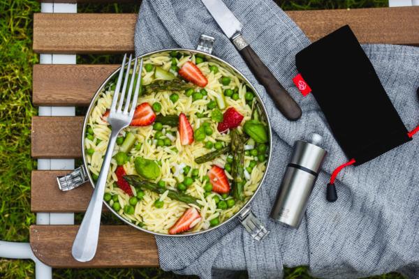 Salade de pâtes aux asperges, petits pois et fraises