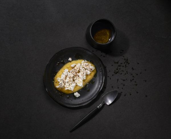 Fromage de chèvre frais sur lit de mangue