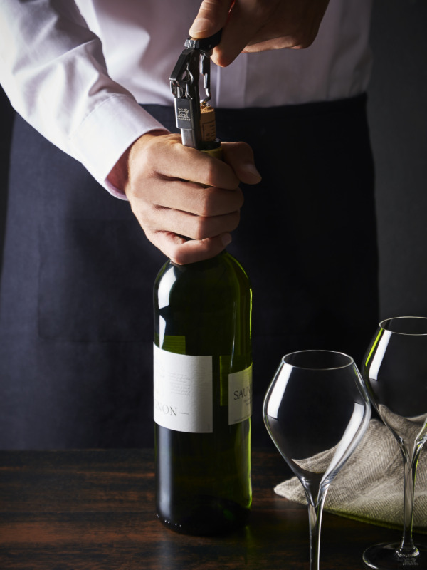 How to use a sommelier corkscrew?