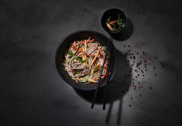 Wok d'émincé de boeuf, nouilles soba et légumes