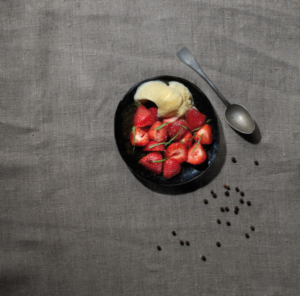Salade de fraises, vinaigre balsamique, glace vanille