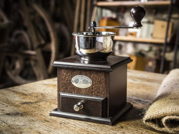 How to clean a coffee mill?